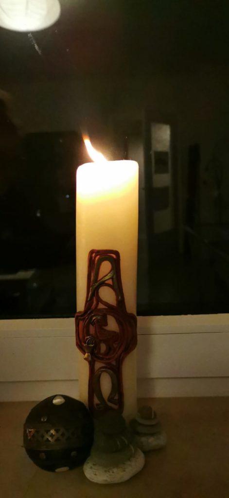 Diese Kerze, ein Geschenk vom Cousin, steht bei Maike in Friedrichsort