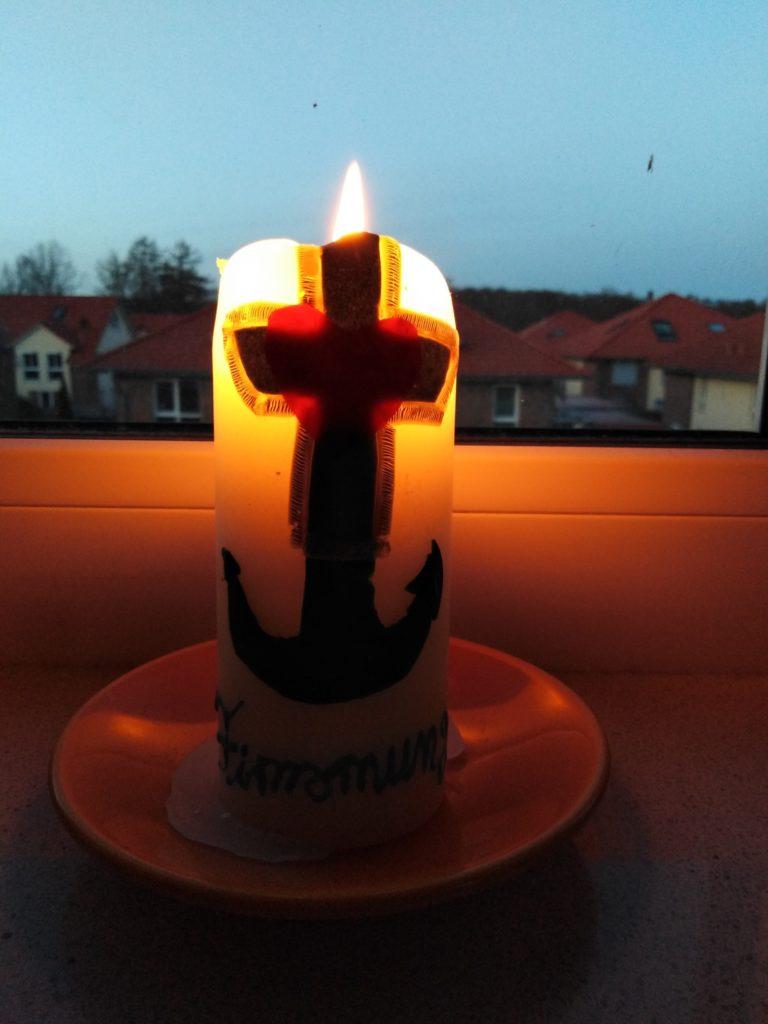 """Firmkurs """"Firmung medial"""" - diese Kerze wurde beim Vorstellen der Firmbewerber im Gottesdienst im Dezember überreicht"""