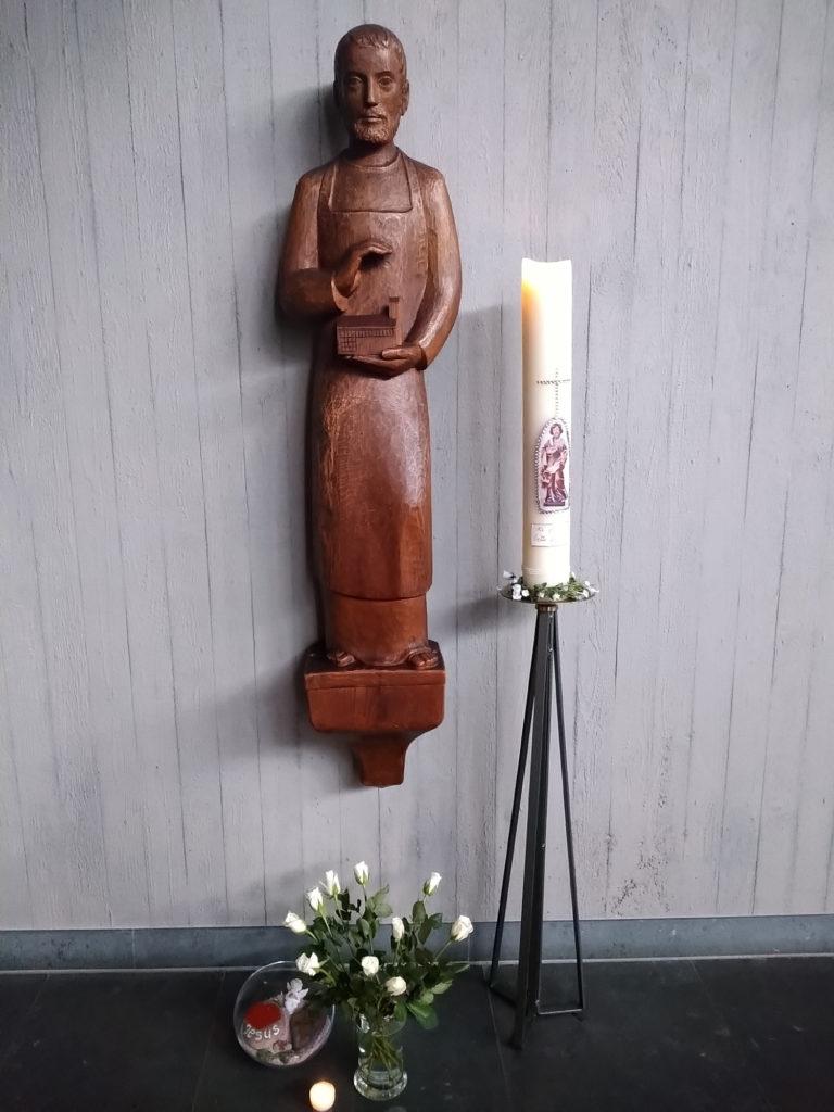 Zum Josephstag haben die Gemeindereferenten Rita und Stefan Becker in der Kiche St. Joseph die Kerze an der Statue des Hl. Josphs entzündet
